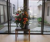 '19.9.25老人施設玄関ロビー花.JPG